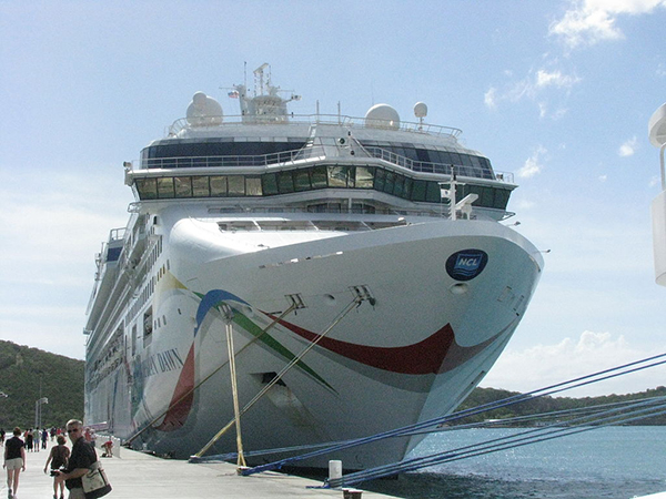 Круизный лайнер Norwegian Dawn.